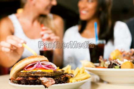 restaurante mujer mujeres comida rapida hamburguesa