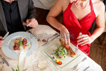 pareja comer y beber en el