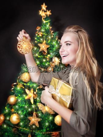feliz, niña, decorar, el, árbol, de - 13187000